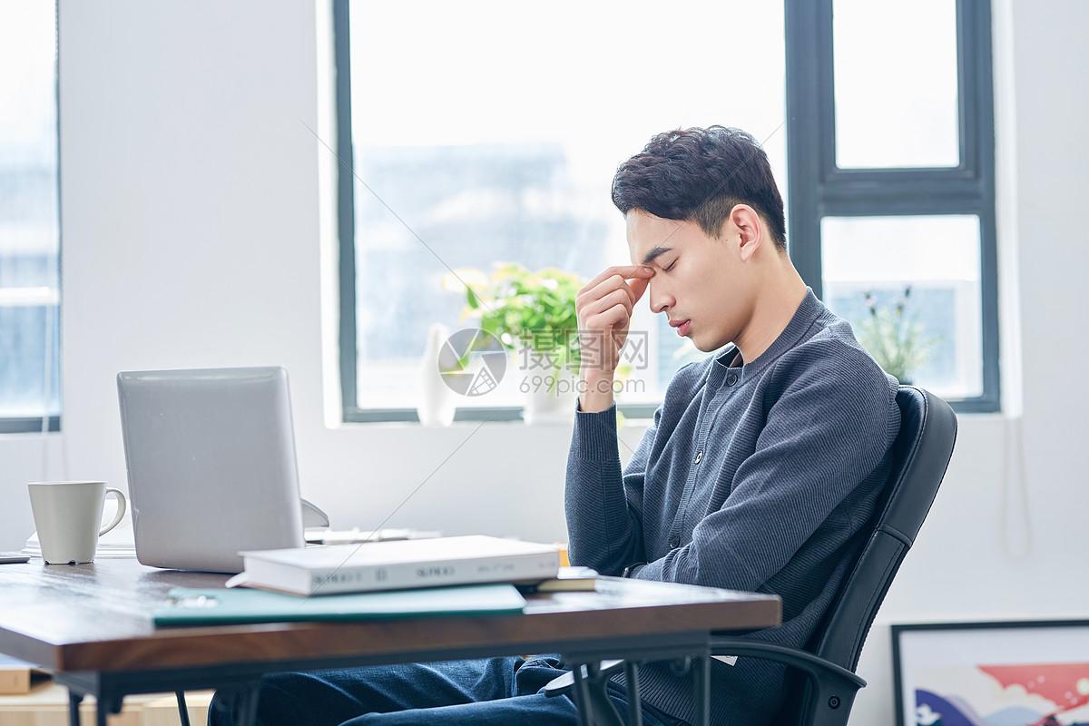 年轻设计师加班疲惫图片
