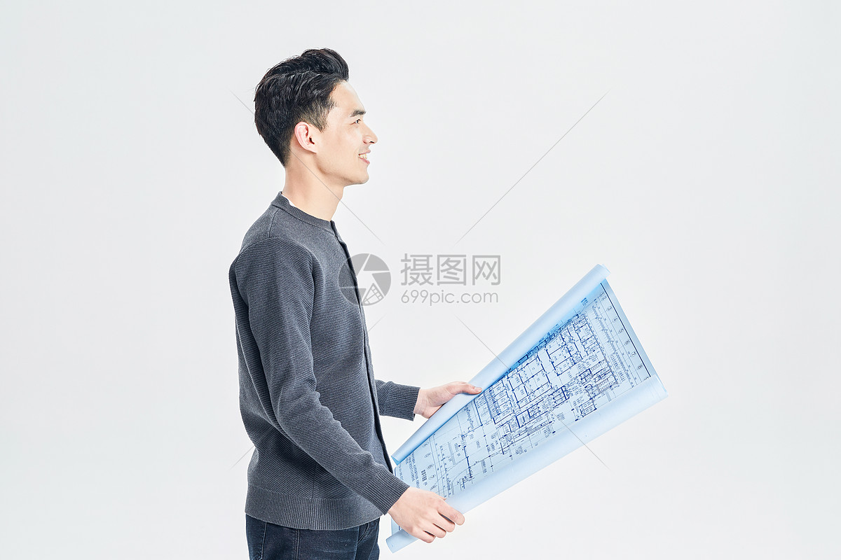 年轻男设计师和图纸图片