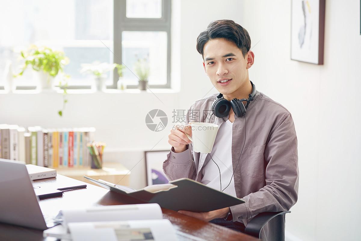 年轻男士休闲办公图片