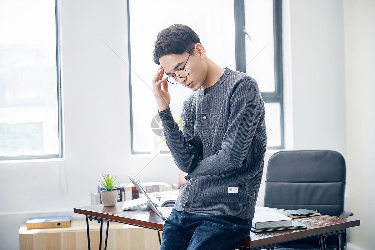 年轻男士工作疲劳图片