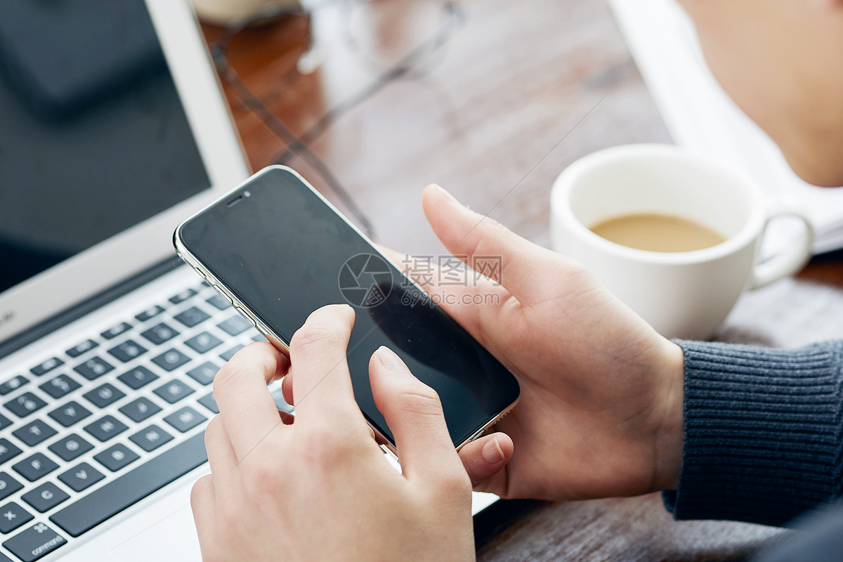 男士工作中使用手机图片
