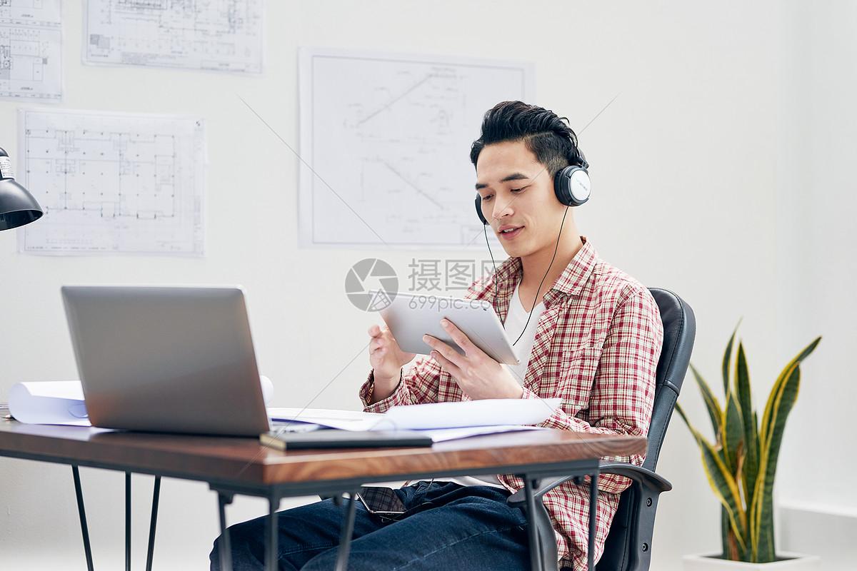 男设计师办公室听音乐图片
