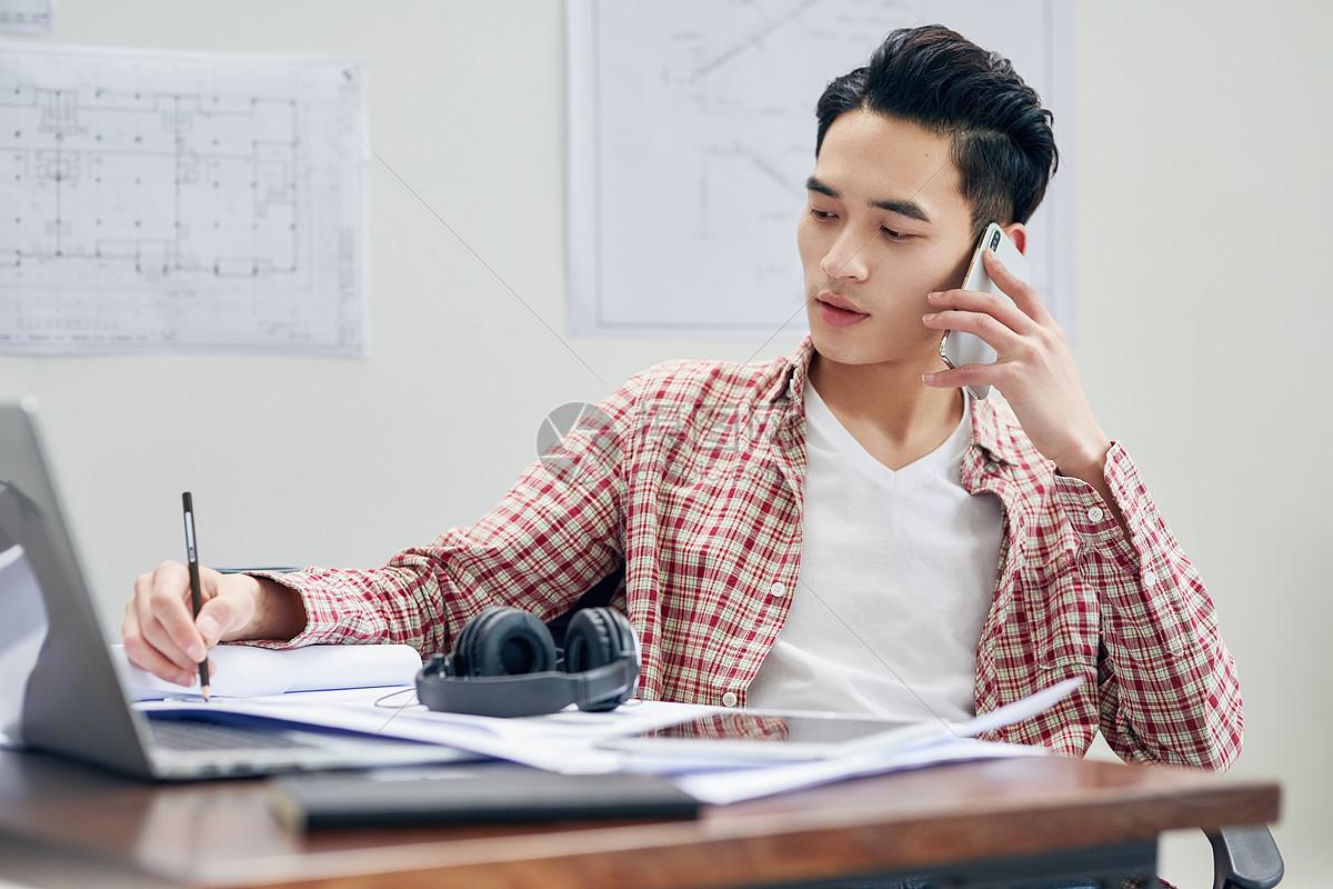 男设计师工作中接电话图片