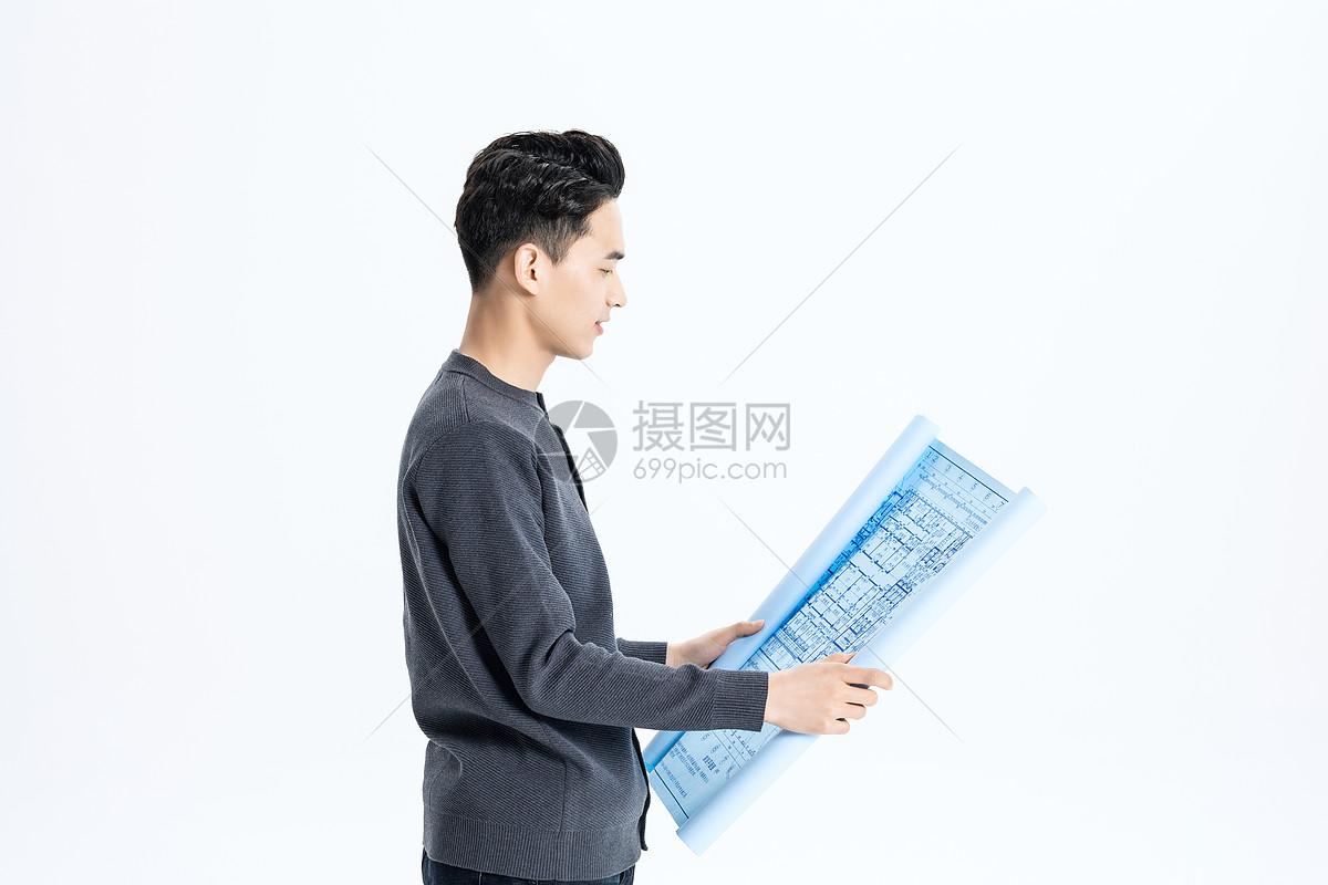 男性工程师查看图纸图片