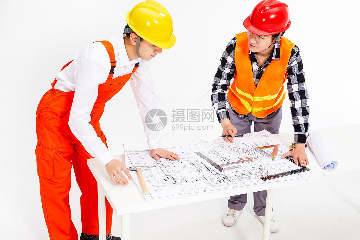 工程师讨论画图纸图片