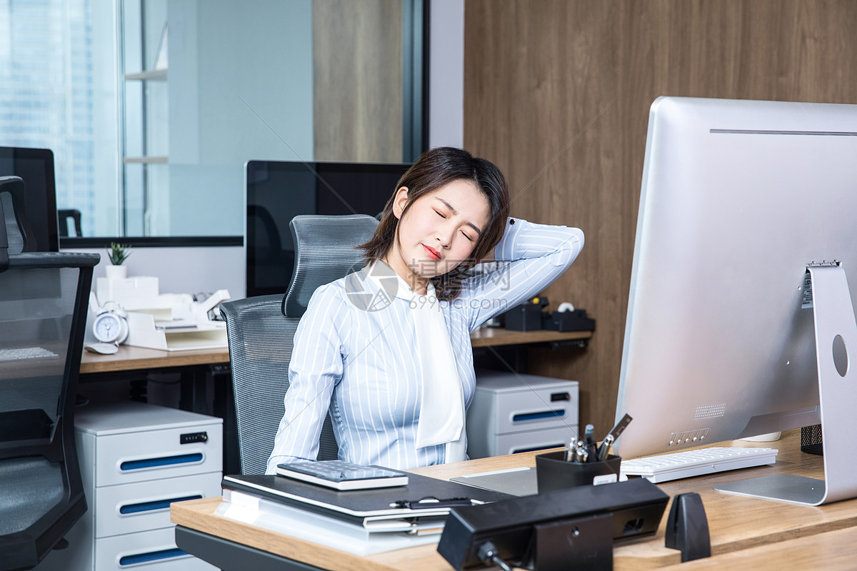 办公女性久坐劳累图片