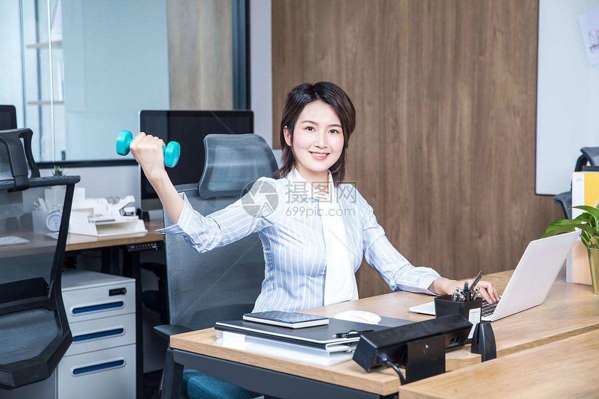 女性办公室锻炼哑铃图片