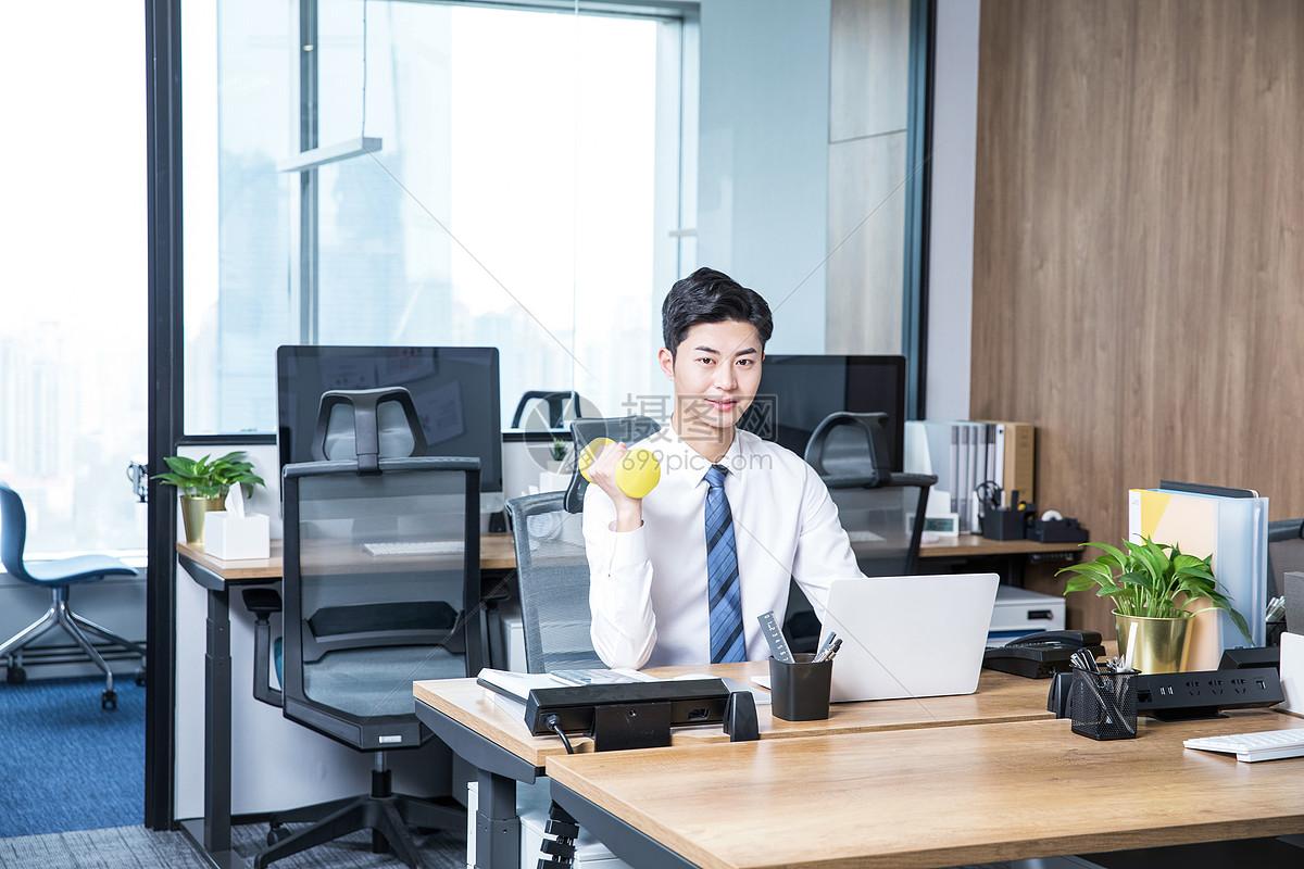 男性办公室锻炼哑铃图片