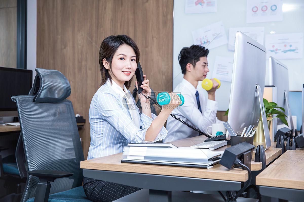 办公室锻炼打电话哑铃图片