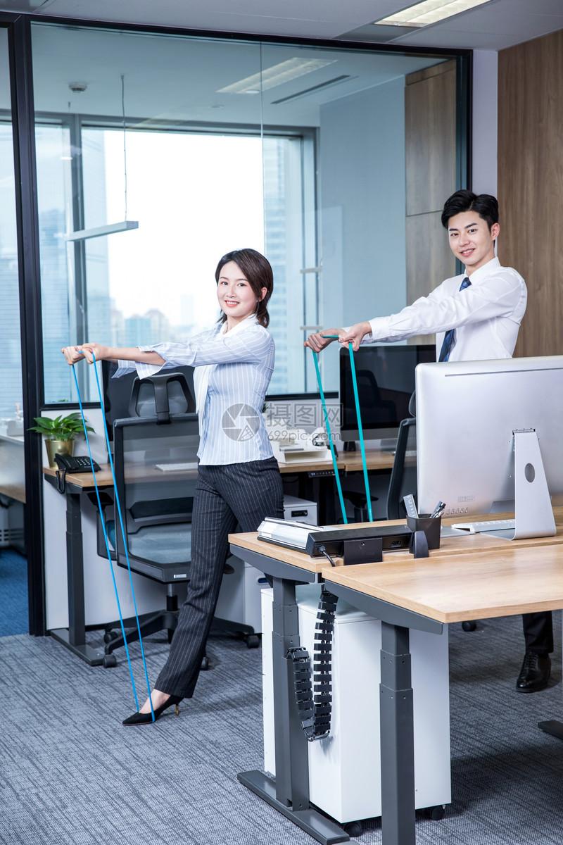 办公室锻炼弹力绳图片