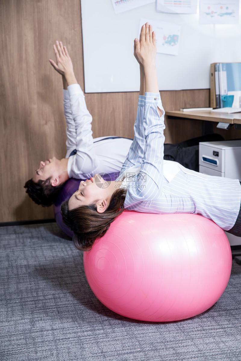 办公室锻炼健身瑜伽图片
