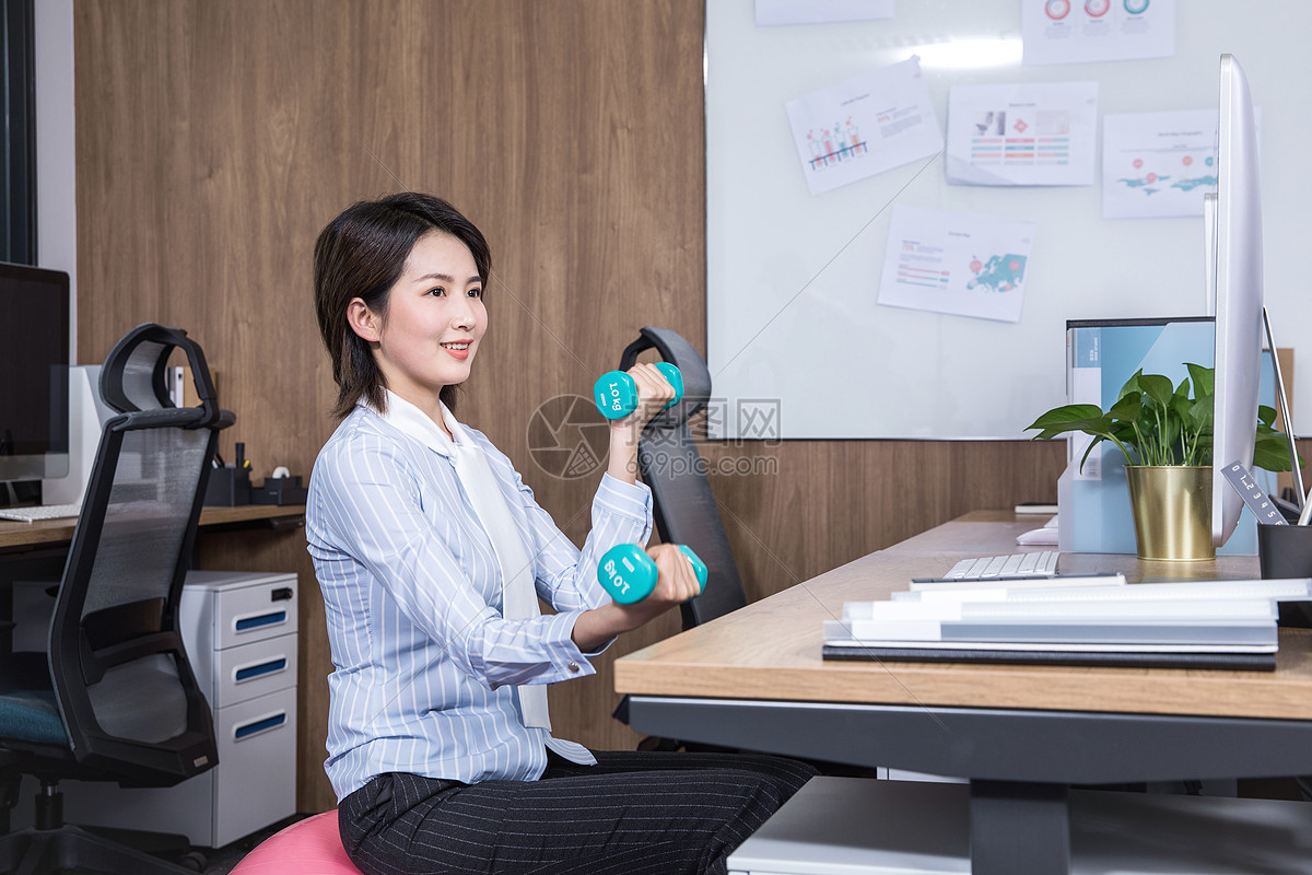 女性办公室健身哑铃瑜伽图片