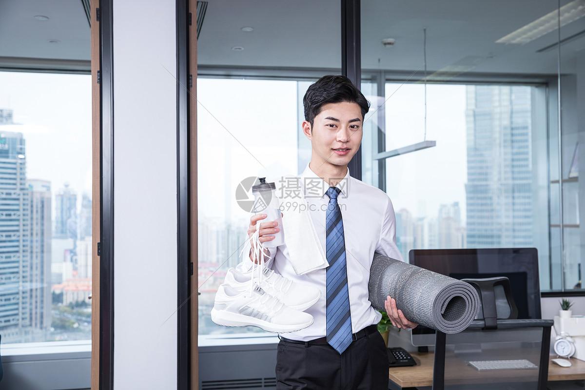 男性办公室健身瑜伽图片
