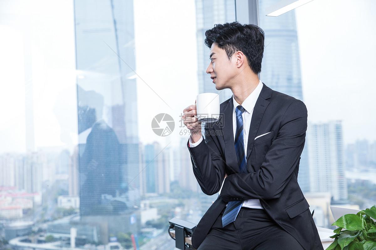 商务男士喝水图片