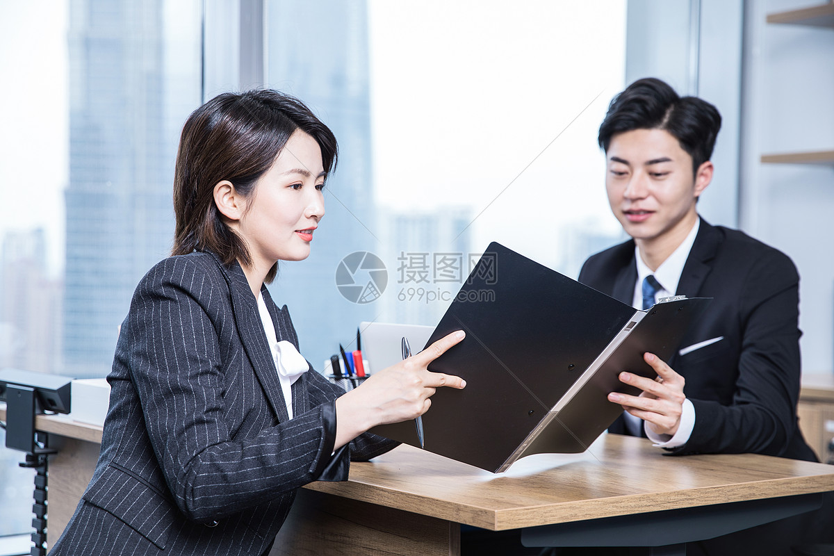 商务人士工作交谈图片