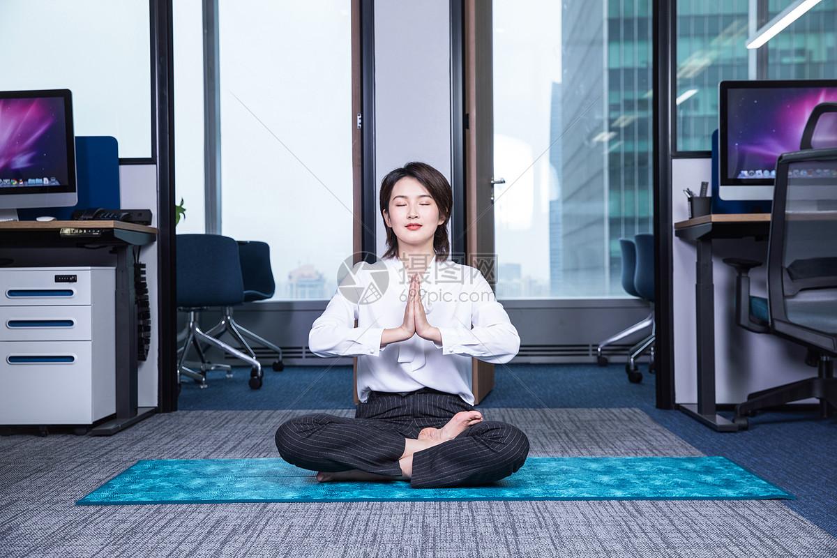女士办公室健身瑜伽图片