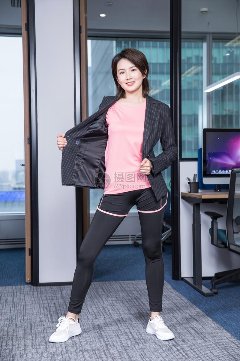 女性办公运动图片