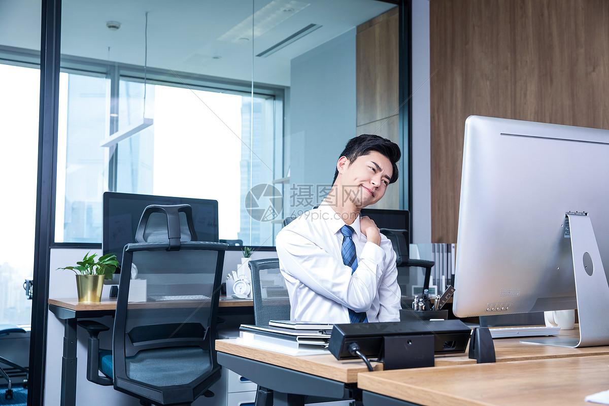 男性办公室劳累图片