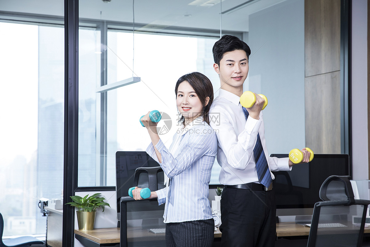 办公室锻炼哑铃图片