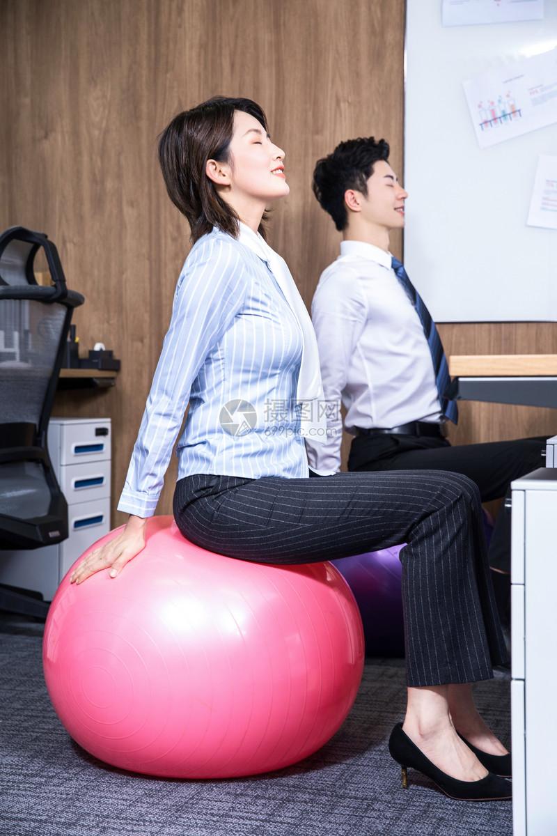 办公室瑜伽球图片