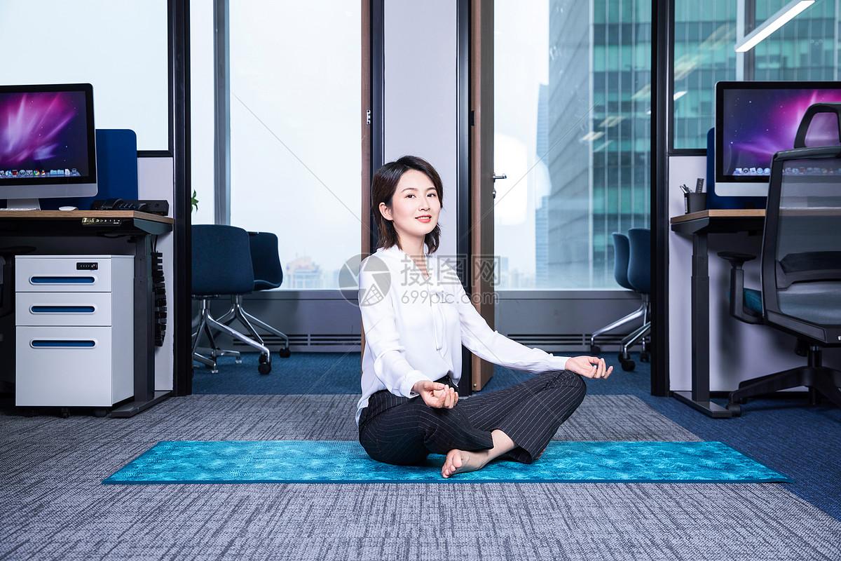 女性办公室瑜伽图片