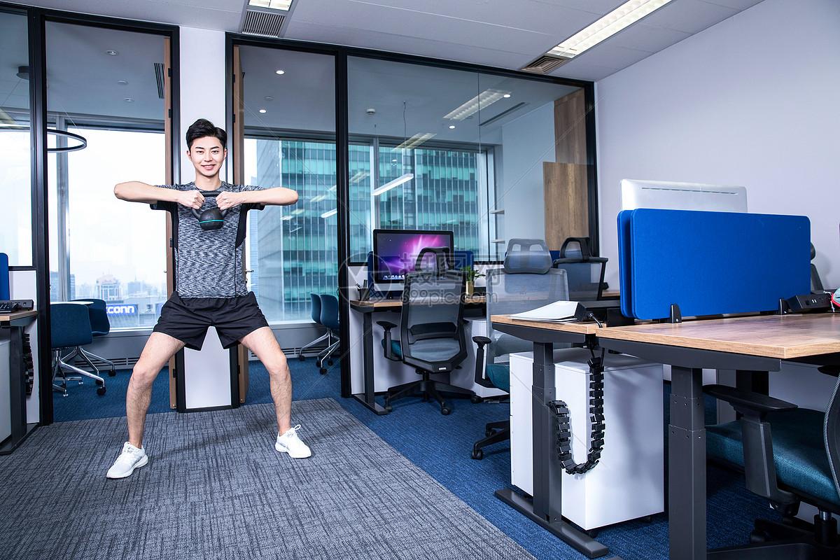 男性办公室锻炼壶铃图片
