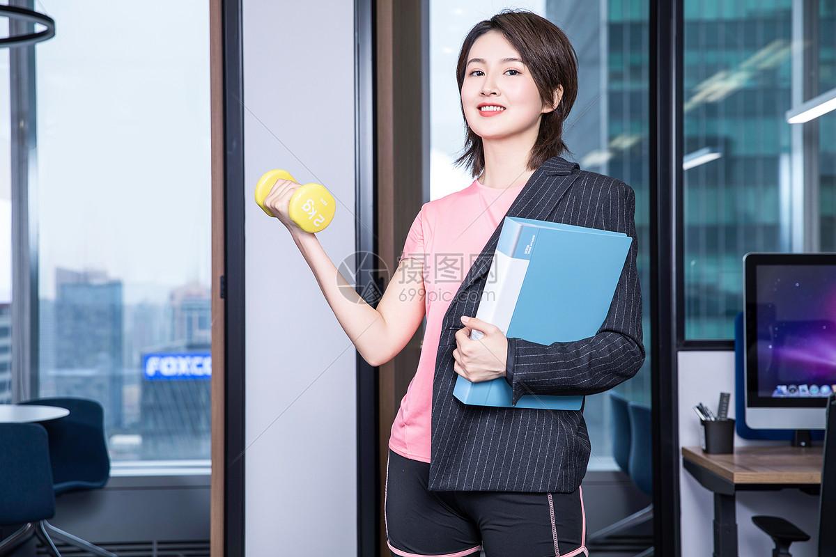 女性办公室锻炼图片