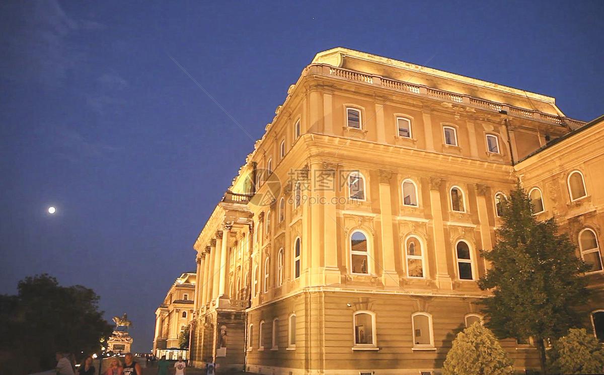布达佩斯的布达王宫夜景图片