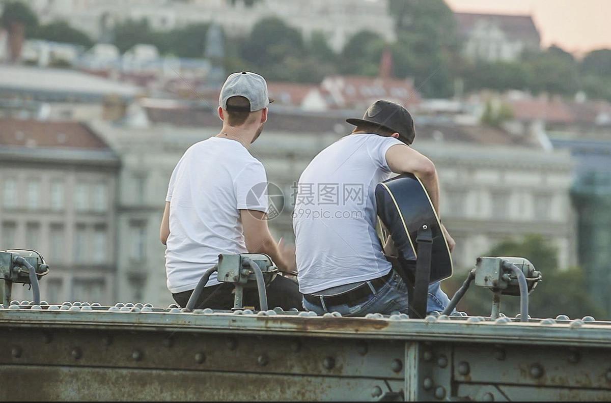布达佩斯链子桥上的歌手图片