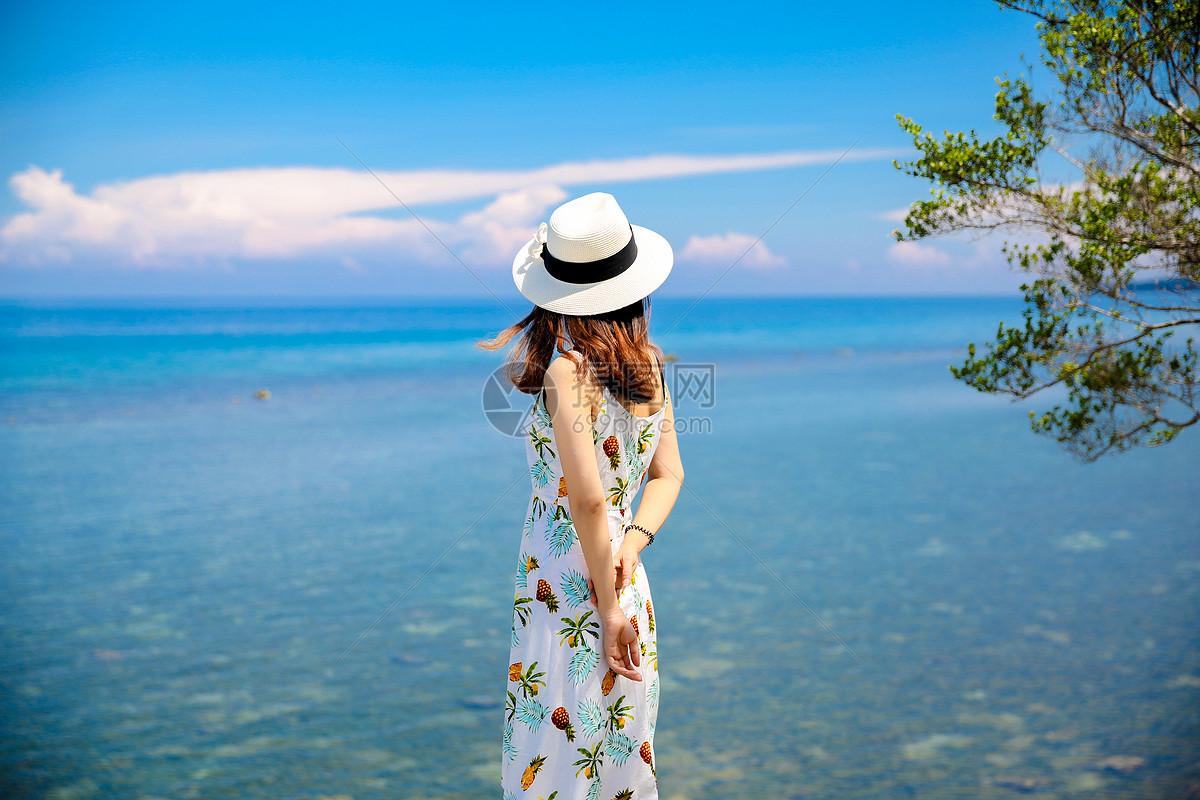 眺望大海的美女背影图片