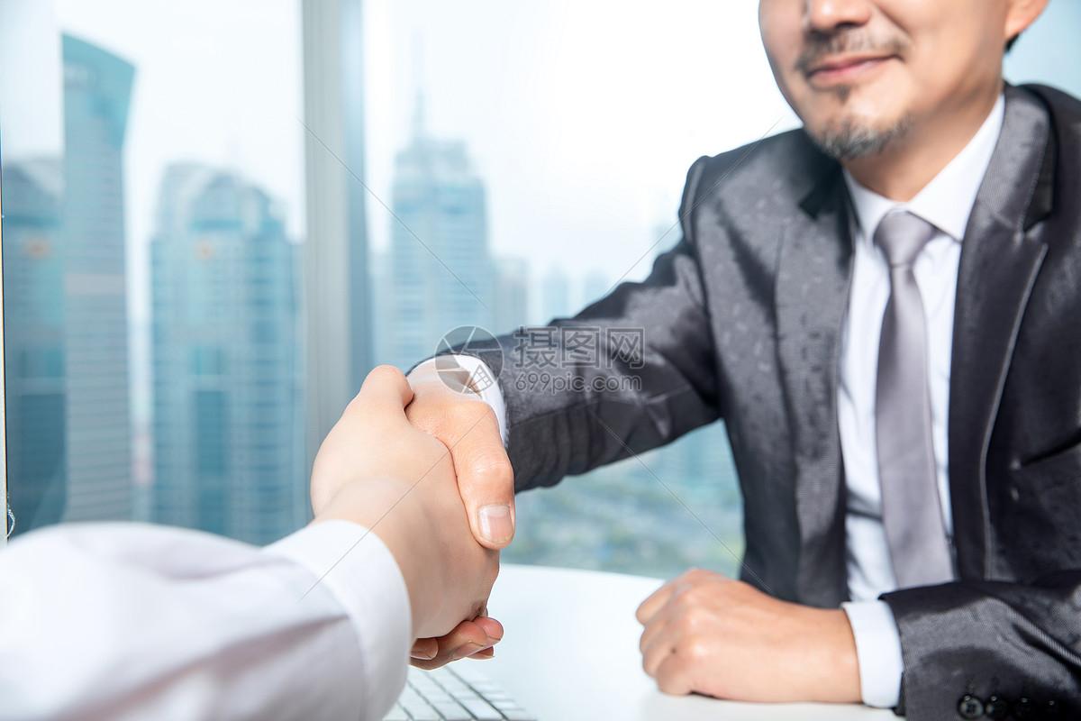 商务男士合作握手图片