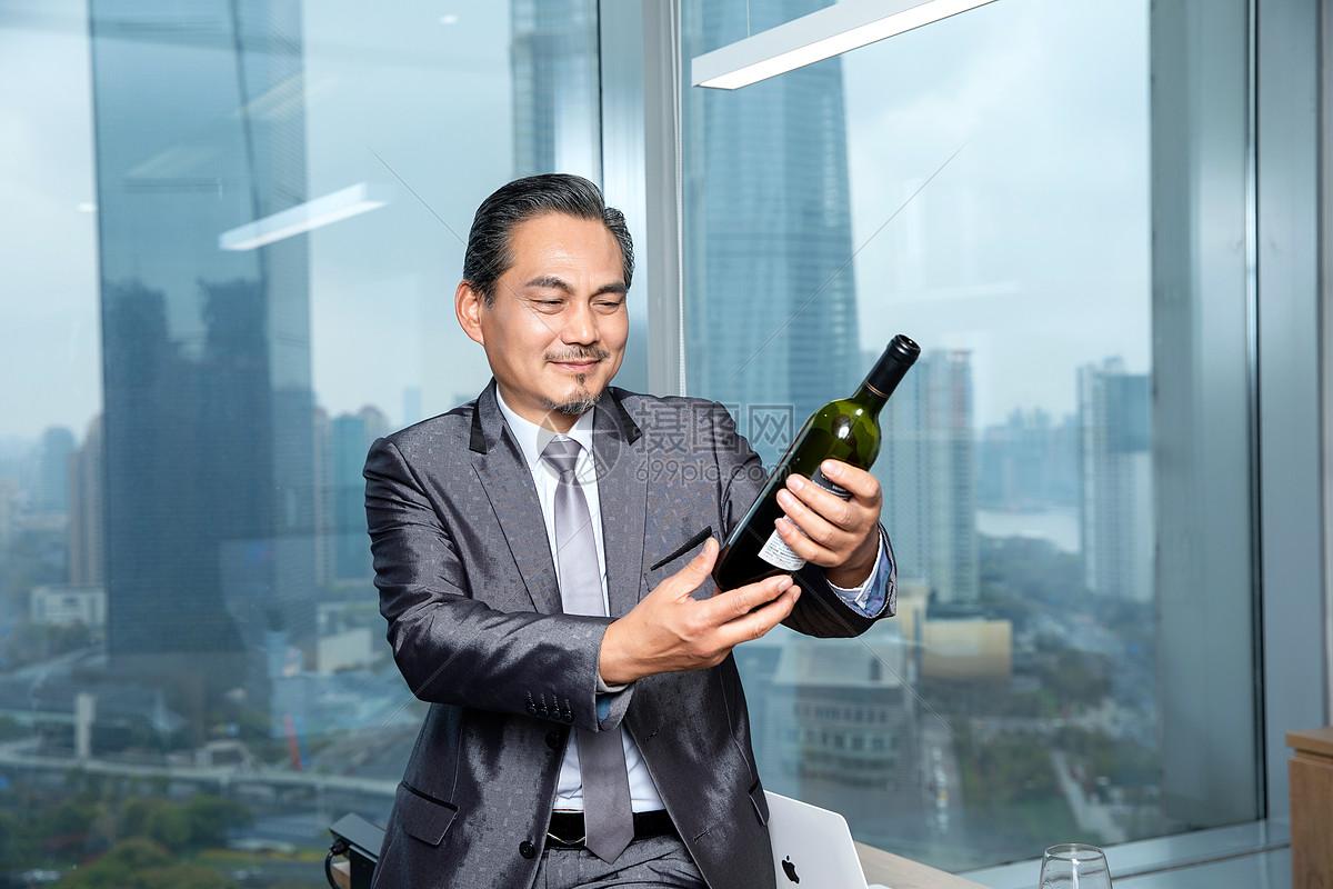 商务男士品酒图片
