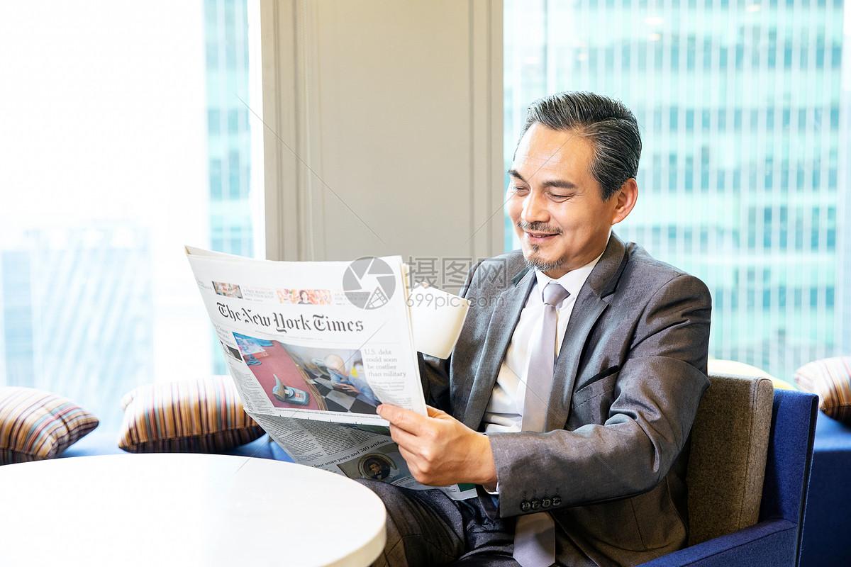 商务男士休闲看报纸图片