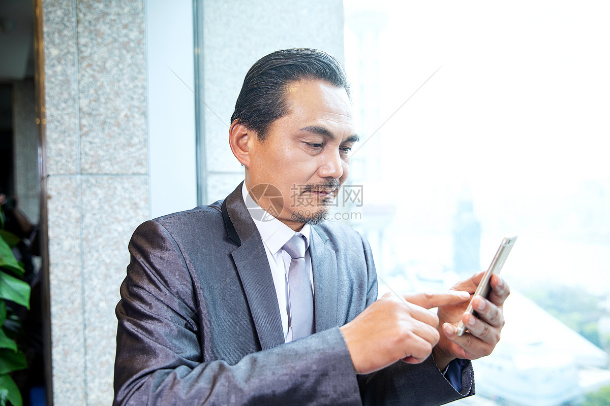 商务男士看手机图片