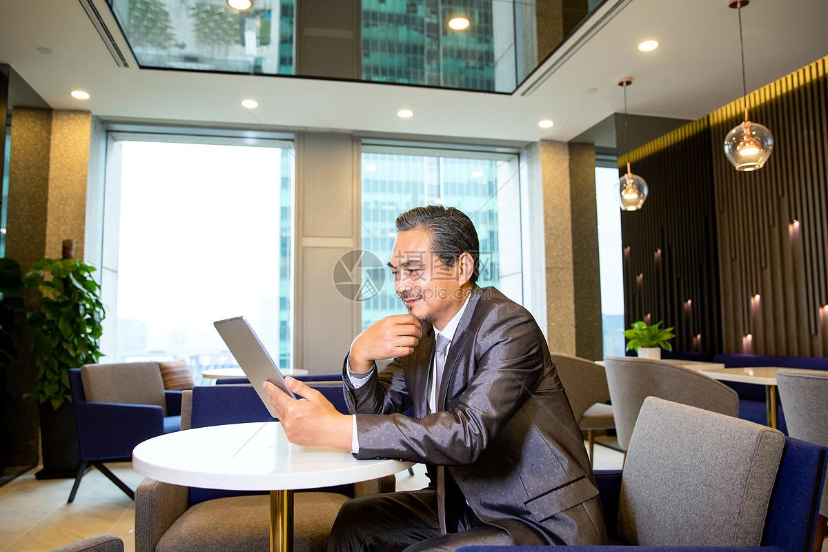 商务男士看平板电脑图片
