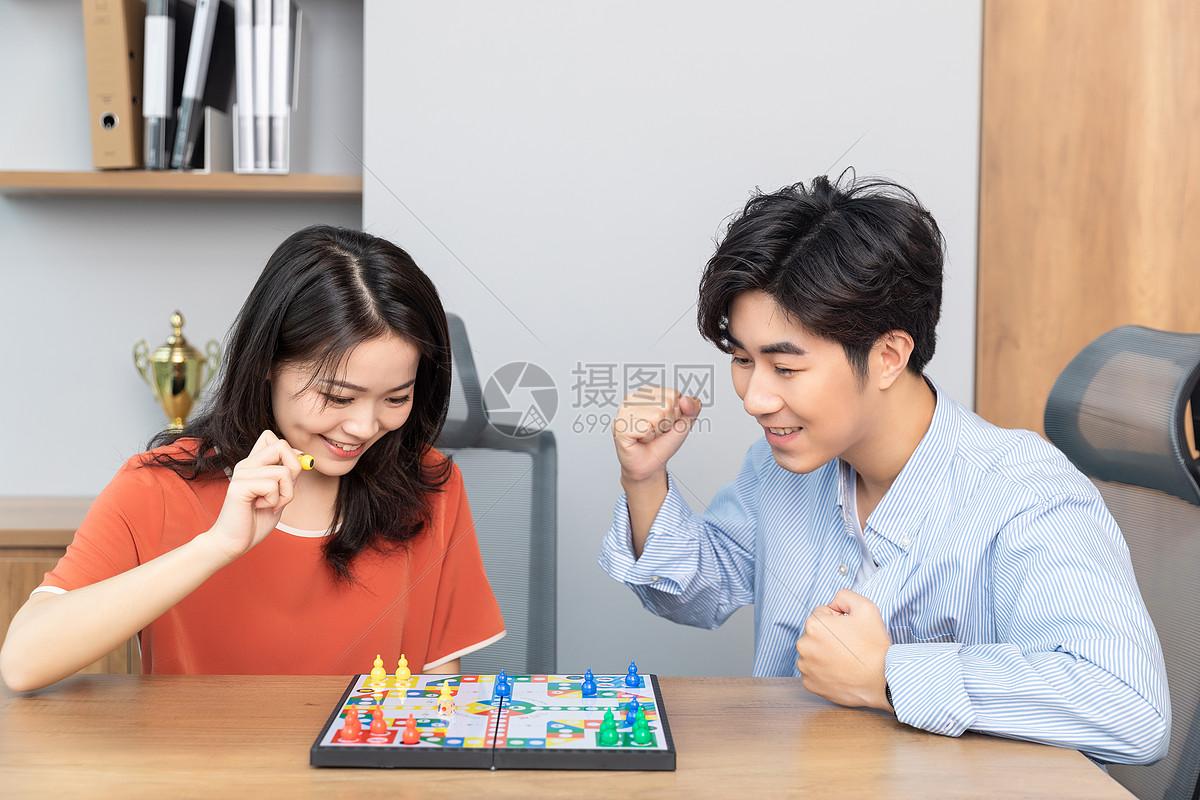 情侣玩游戏图片