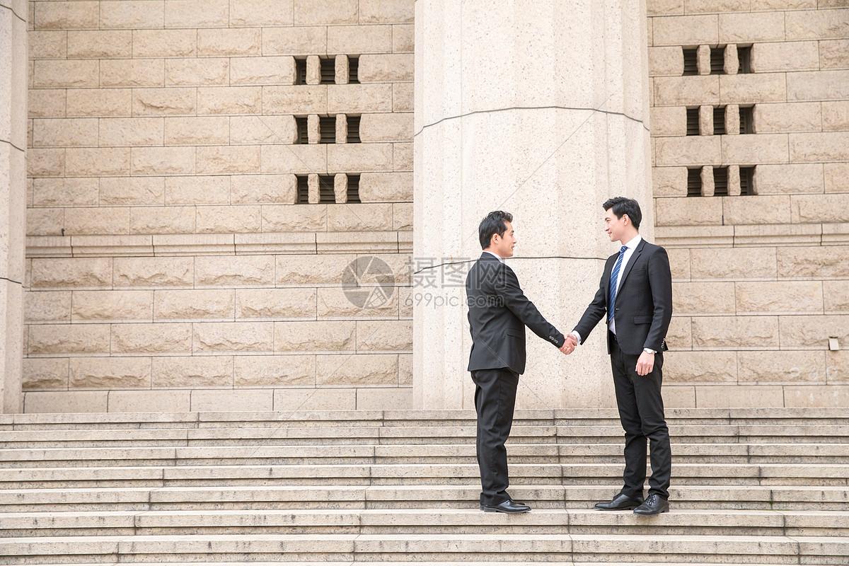 职场精英合作握手图片