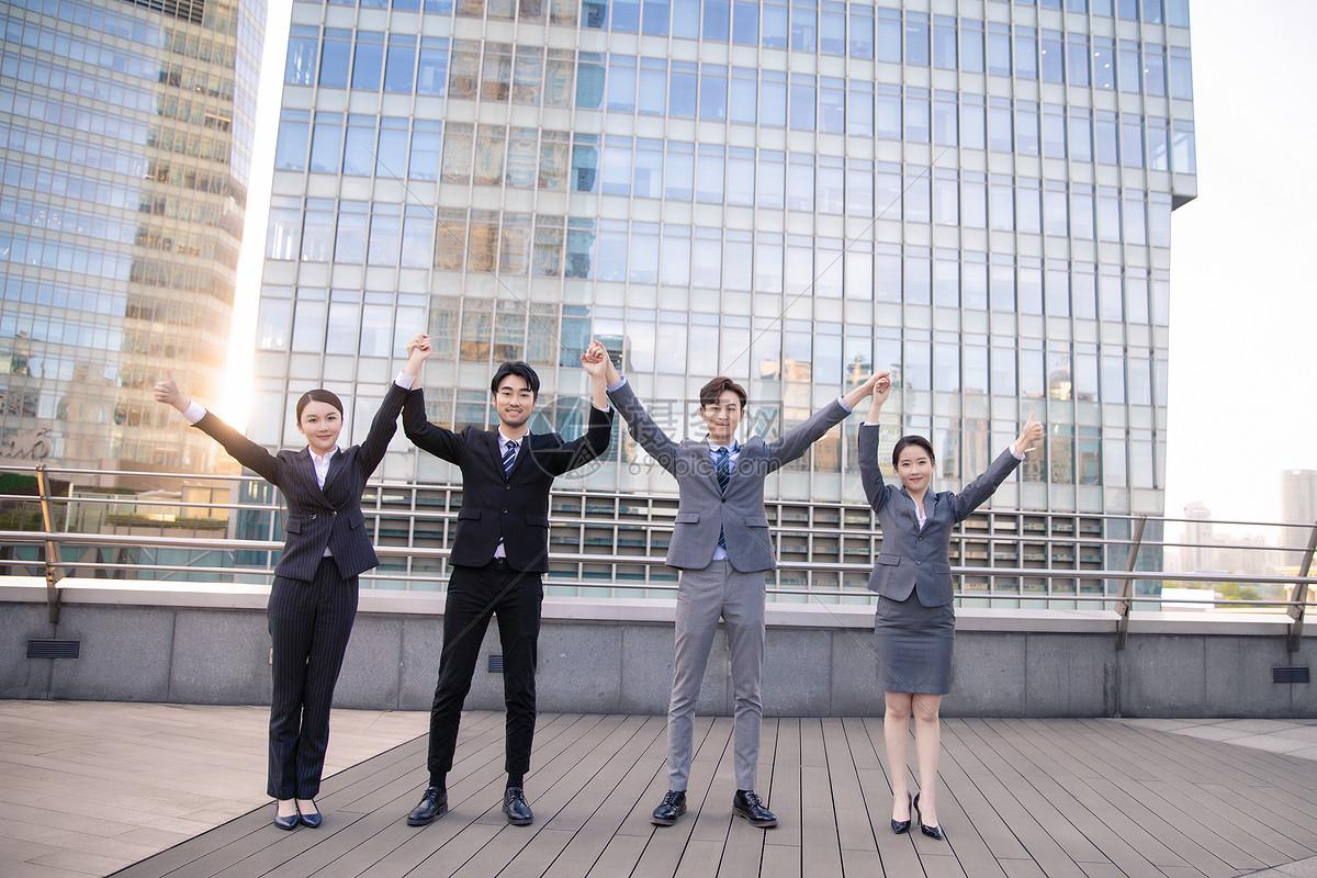 企业团队手拉手庆祝图片