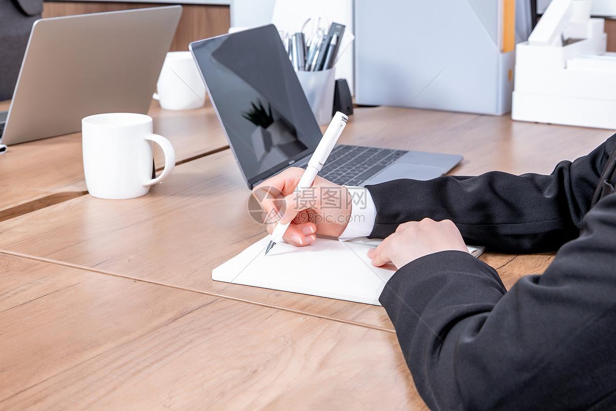 会议记录手部特写 图片