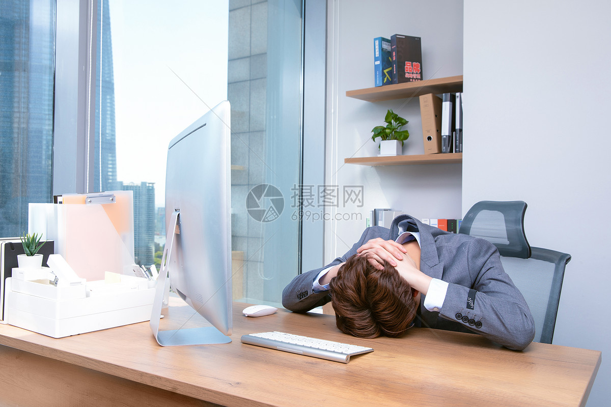 职场男性工作疲劳图片