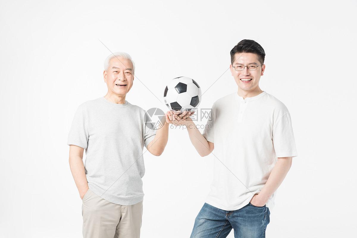 老年父子手拿足球图片