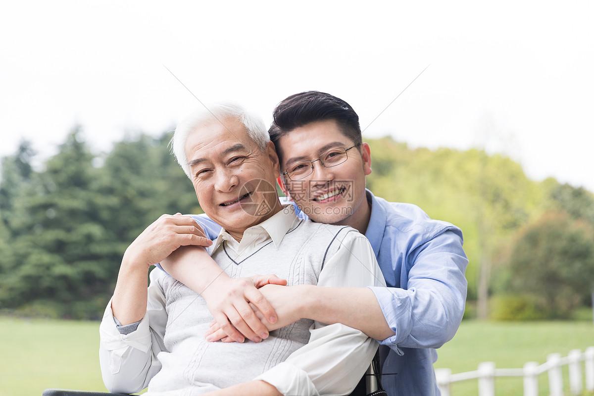 老年父子陪伴图片