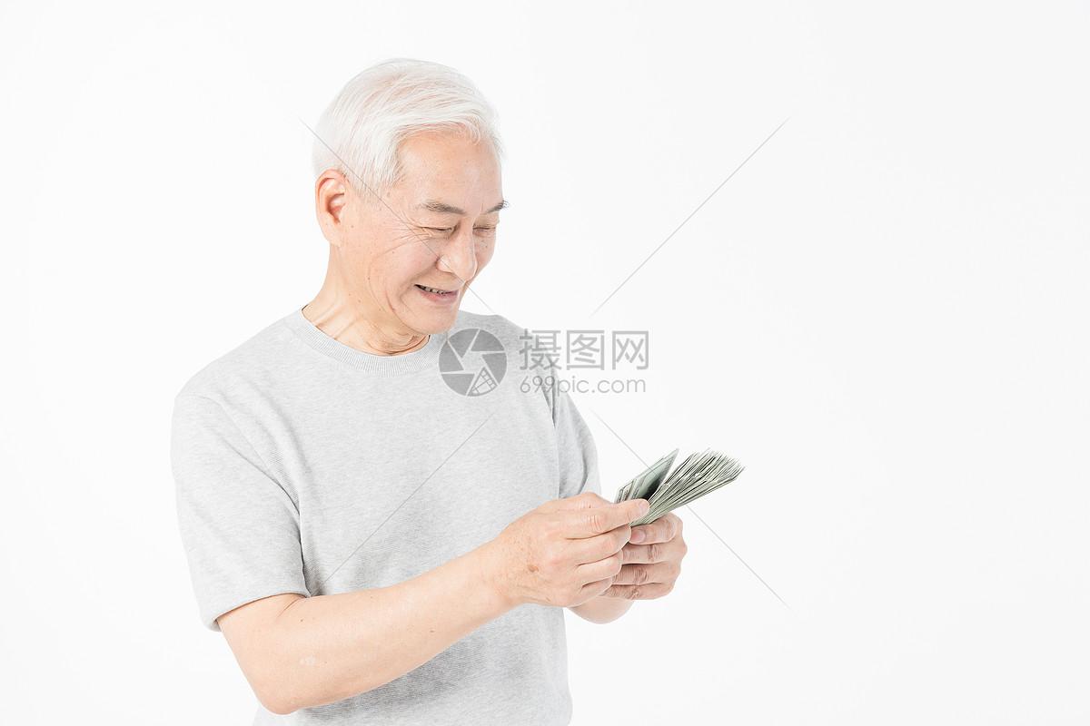 老年人数钱特写图片