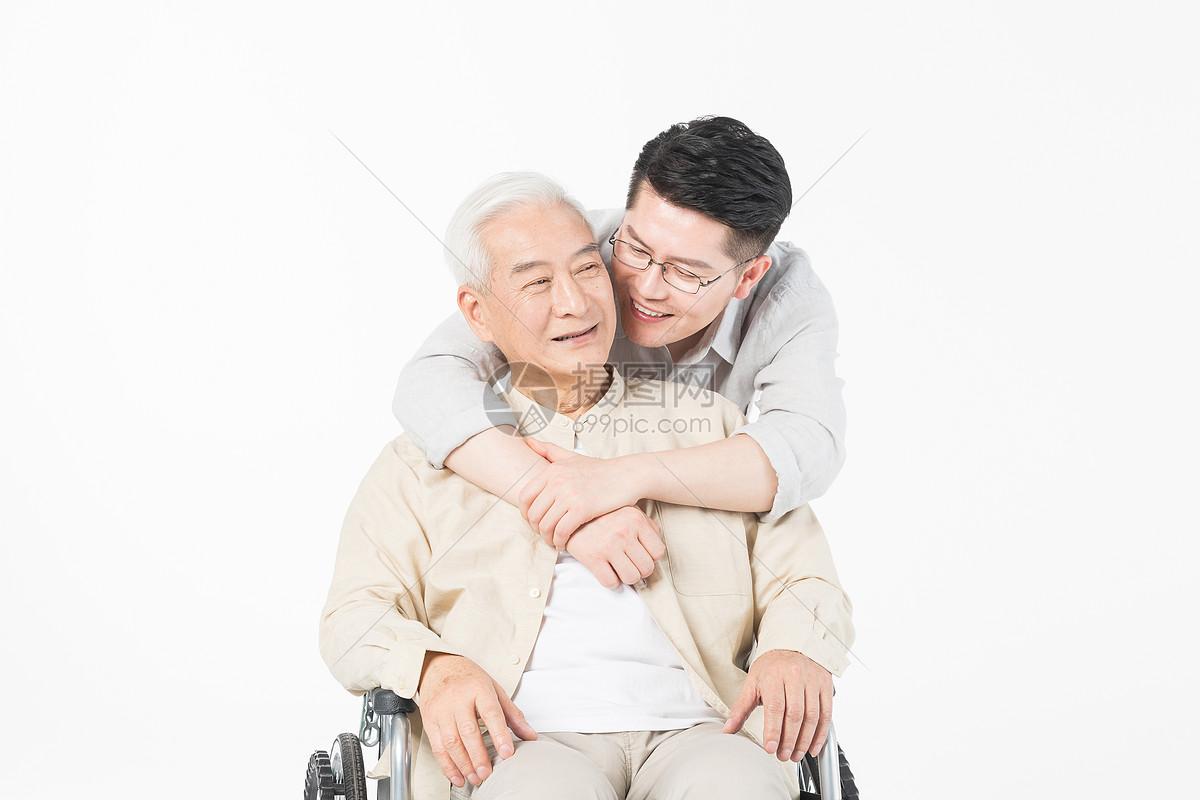 老年父子陪伴特写图片