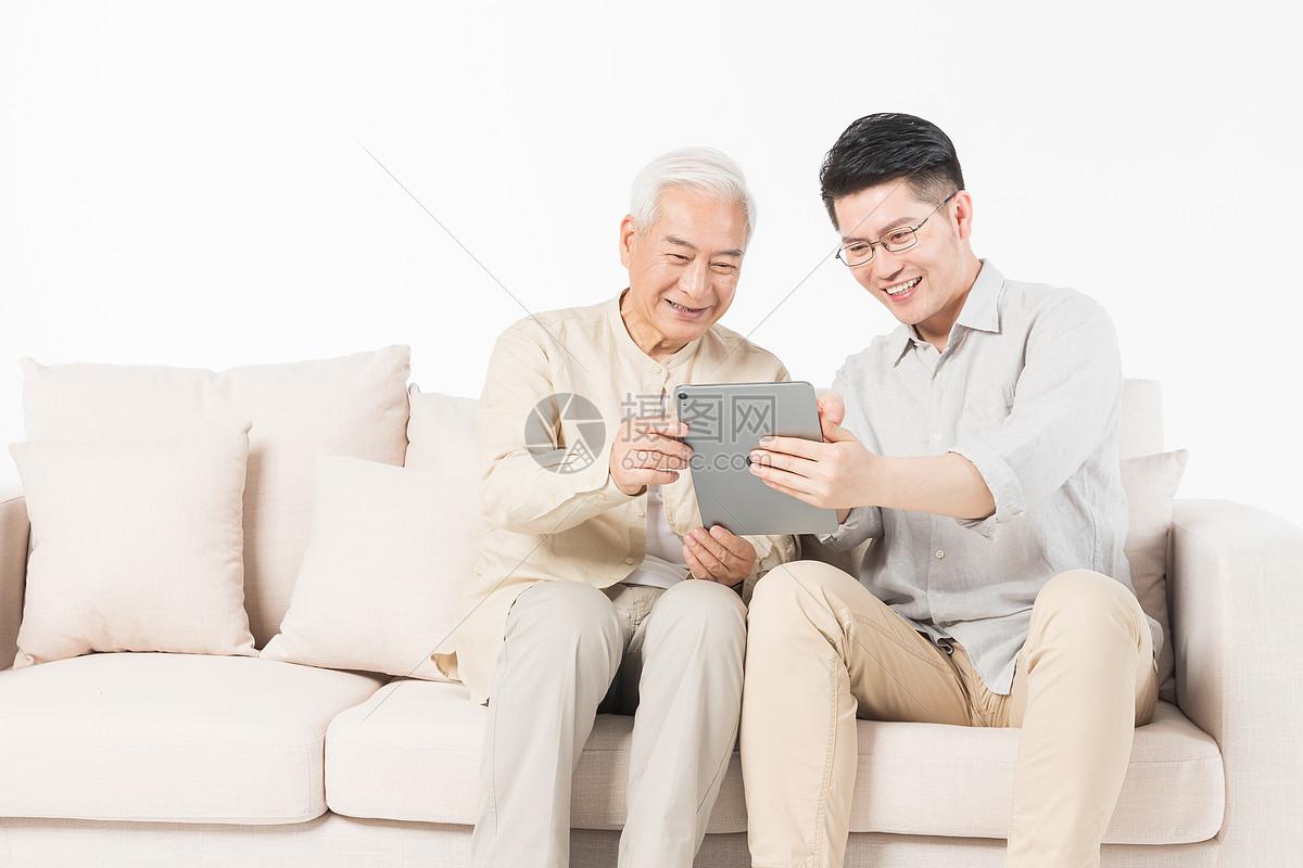 老年父子看平板图片