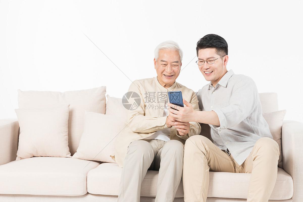 老年父子看手机图片