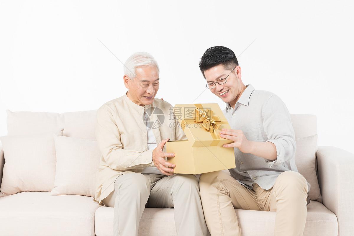 老年父子送礼图片