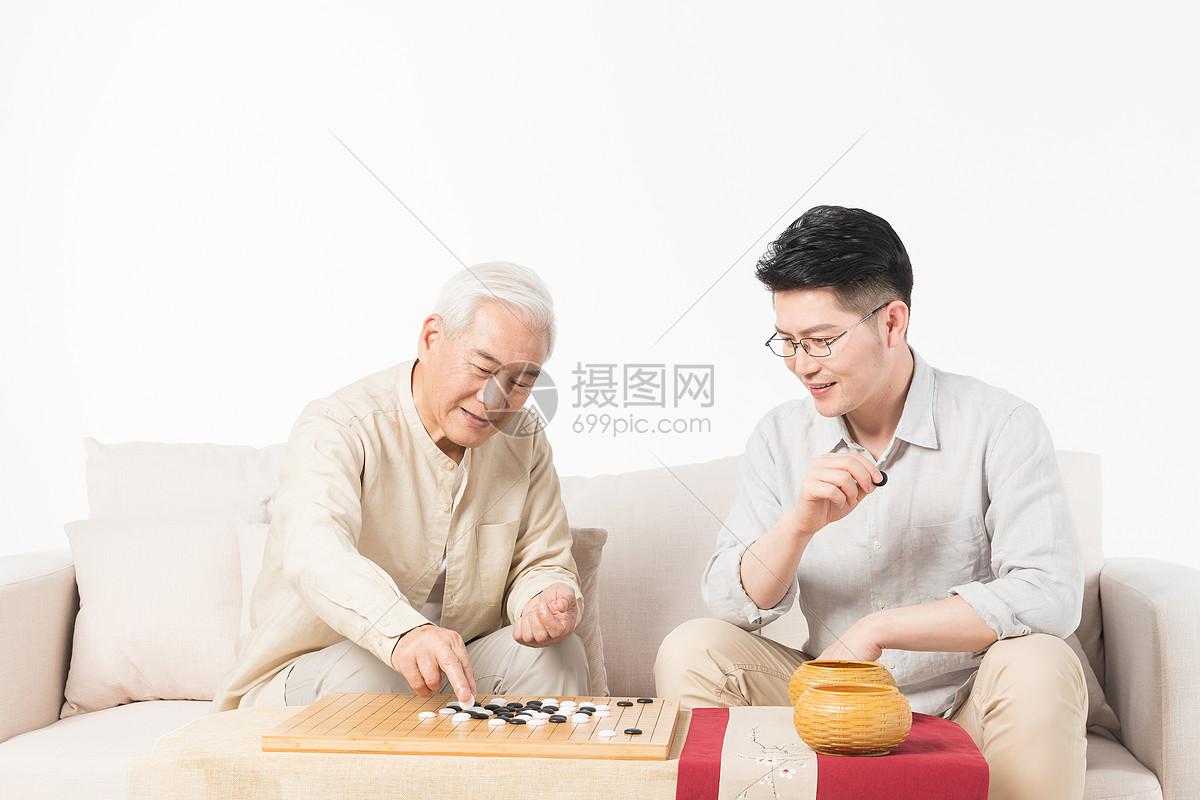 老年父子下棋图片