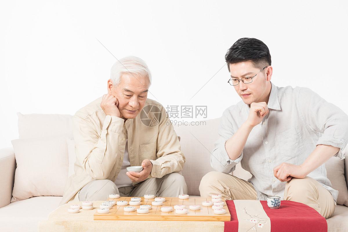 老年人父子下象棋图片
