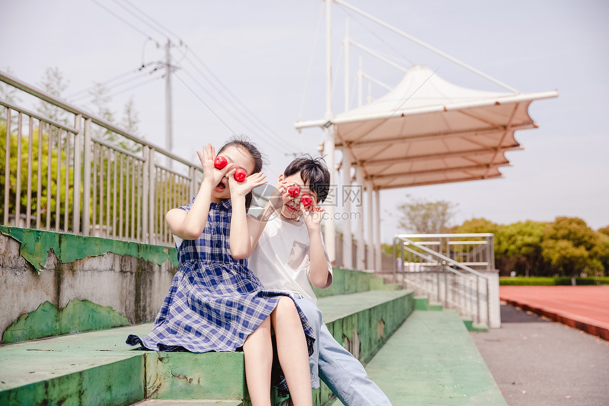 小学生吃冰糖葫芦图片